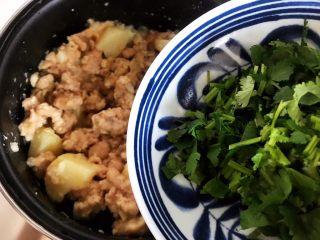 土豆虎头鸡,加入香菜,搅拌均匀,即可