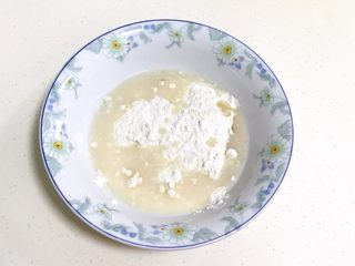小福猪中国结馒头,接着把拌好的液体倒入粉类中。