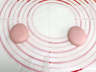 小福猪中国结馒头,淡粉色面团预留1~2克做耳朵,其余均分成两份,按图上整理成水滴状的造型做小猪主体。