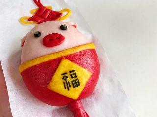 """小福猪中国结馒头,出锅稍稍放凉后,用黑色色素笔写上""""福""""字!"""
