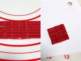小福猪中国结馒头,接着做中国结,取4克面团揉匀排气滚圆,擀成薄片,切成不到1厘米宽的条状,然后用刮刀在面片中间压一道痕迹,然后切成四方形,刷水如图上拼接。
