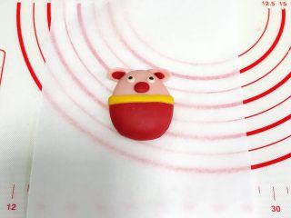 小福猪中国结馒头,把制作好的耳朵贴合到小猪主体上。