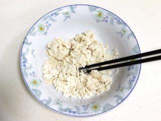 小福猪中国结馒头,用筷子拌至棉絮状。