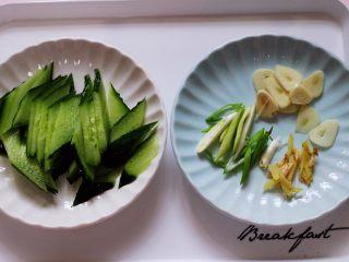 金牌虾仁黄瓜油面筋,用刀把蒜和姜切片,葱切片,把黄瓜用刀切成菱形薄片。