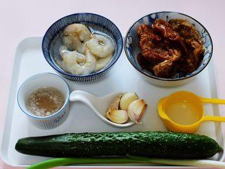 金牌虾仁黄瓜油面筋,把所有的食材备齐,给食材合集。