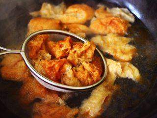金牌虾仁黄瓜油面筋,把面筋用手撕成大块状,锅中倒入适量的清水烧开后,把撕块的面筋进行焯水,这样可以去除多余油脂,焯好的面筋捞出沥干水份备用。