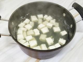 猪肉豆腐鸡蛋羹,豆腐切成小块,将它焯水,去除豆腥味