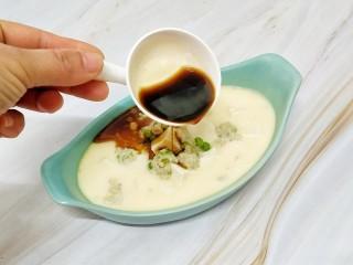猪肉豆腐鸡蛋羹,取出来淋上提前混合好的生抽和香油即可,这边盐不需要加了,生抽的味道已经足够了