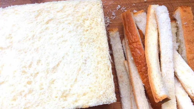 鸡脯肉沙拉三明治,土司片切去四边备用