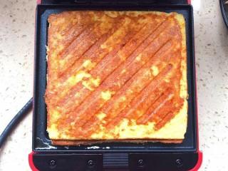 鸡脯肉沙拉三明治,金灿灿,香喷喷的三明治要出锅了