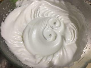 酸奶蛋糕(六寸),打发至湿性发泡,提起有垂直大长勾即可