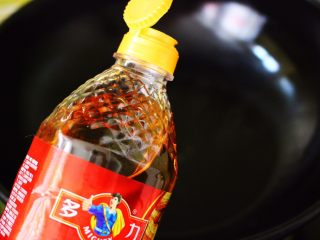 金牌虾仁黄瓜油面筋,炒锅烧热后倒入多力浓香花生油。
