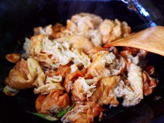金牌虾仁黄瓜油面筋,放入提前焯过水的面筋大火继续翻炒均匀。