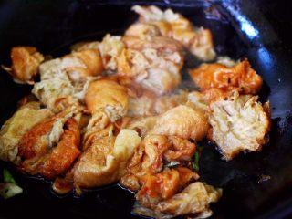 金牌虾仁黄瓜油面筋,大火烧开后小火继续炖煮一会。