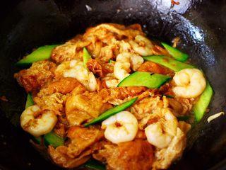 金牌虾仁黄瓜油面筋,大火快速翻炒至黄瓜变色即可关火。