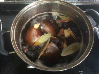卤牛肉,放入香叶,八角和桂皮大火煮开,煮开后用勺子把白色浮末撇掉,继续中小火炖煮半小时以上。