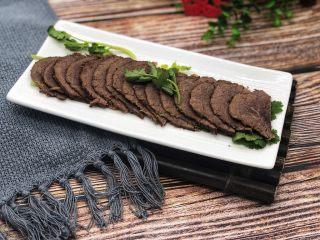 卤牛肉,取一块按照牛肉的纹路切薄片,自己卤的牛肉安全放心,味道也不赖。