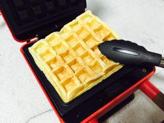 零失败在家自制香甜美味华夫饼,用夹子夹到盘子里小心烫手