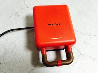 零失败在家自制香甜美味华夫饼,插上电源线并盖上盖子将机子预热三分钟