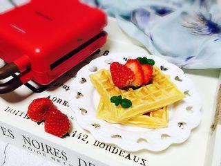 零失败在家自制香甜美味华夫饼,放上自己喜欢的草莓