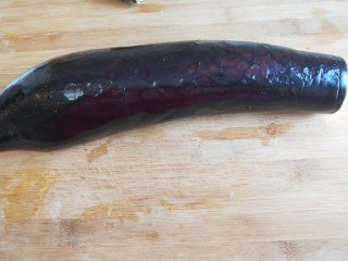 肉末蒸茄子 新文美食,长茄子洗干净。