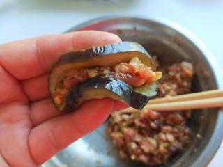 肉末蒸茄子 新文美食,放入馅料对折如图所示。
