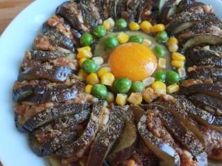 肉末蒸茄子 新文美食,放上玉米粒,荷兰豆。