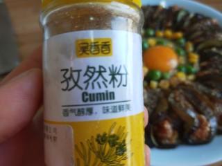 肉末蒸茄子 新文美食,撒上适量孜然粉。