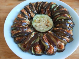 肉末蒸茄子 新文美食,一个茄子码放一圈,中间放两片。