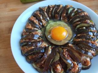 肉末蒸茄子 新文美食,打入一个鸡蛋。