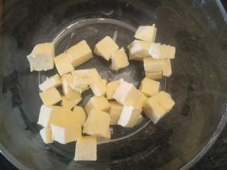 抹茶大理石磅蛋糕,室温软化无盐黄油130克。