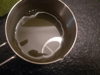 抹茶大理石磅蛋糕,再加入两克抹茶粉调成抹茶糖水。