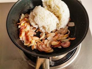 什锦咖喱焗饭,留底油。放入切好的洋葱炒出香味,炒至金黄色时,加入米饭。继续翻炒。