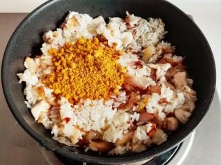 什锦咖喱焗饭,再加入炒熟的鸡胸肉,和准备好的咖喱粉搅拌均匀。