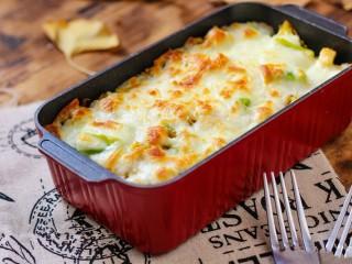 什锦咖喱焗饭,将容器放入烤箱中。220°烘烤10分钟。取出就可以享受美味啦!