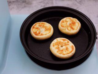 好吃到爆的酸奶豆沙酥饼,看见一面煎至金黄色后,再翻过来煎另外一面。
