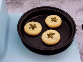 好吃到爆的酸奶豆沙酥饼,把做好的面饼放到锅里。