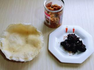 快手早餐~少油版香煎肉松春卷,准备食材,宝贝想吃豆沙馅,所以做了两种口味。