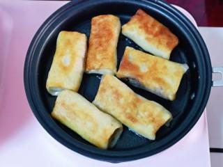 快手早餐~少油版香煎肉松春卷,煎至两面金黄即可将早餐机断电。