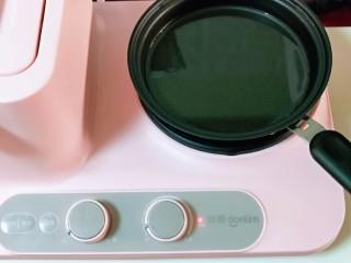 快手早餐~少油版香煎肉松春卷,起锅,加入食用油。