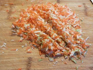花样四喜蒸饺  新文美食,加入适量盐一起剁碎。