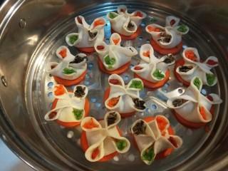花样四喜蒸饺  新文美食,用胡萝卜碎,香葱叶,黑木耳,枸杞四种搭配点缀。