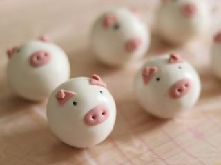 网红猪猪汤圆/花纹汤圆,安装好鼻子眼睛,嘴巴即可。猪猪汤圆就完成了。
