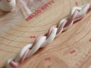 网红猪猪汤圆/花纹汤圆,按着一边搓成麻花装,对折2次。。