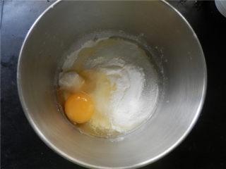 火龙果华夫饼,加入鸡蛋。
