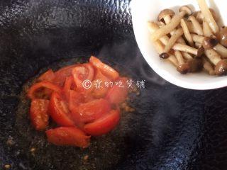 番茄蟹味菇鲜虾年糕汤,等番茄煸炒的有点软时,把蟹味菇倒入。