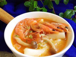 番茄蟹味菇鲜虾年糕汤,完成。