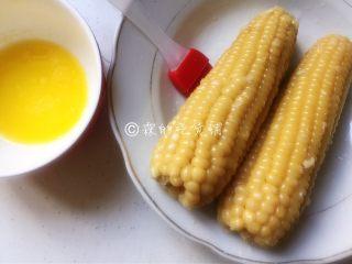 奶香烤玉米,再接着把黄油熔化,刷到玉米上。
