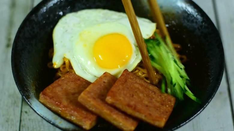 吃了这碗黯然销魂面,你一定会流泪(其实是辣哭的),拌匀摆上煎鸡蛋、午餐肉、黄瓜丝。