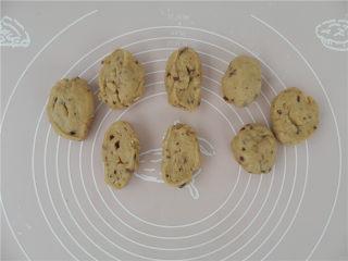 华夫饼(发酵版),面团压扁排气,平分成8份。